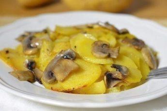 Картошка с грибами в сливках буквально тает во рту. Объеденье!