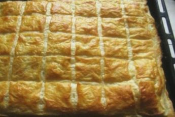 Этот слоеный пирог, как хачапури. Пирог заслуживает самых высоких похвал.