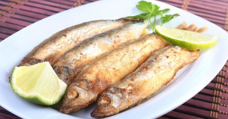 deep-frying-small-fish-capelin-and-sliced-lemon-on-white-plate-good-snack-to-beer