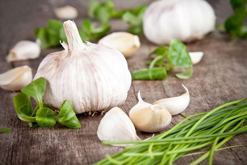 fresh-garlic-on-wooden-table