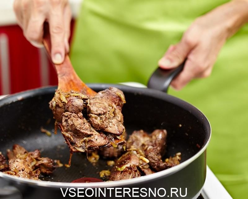 preparing-fried-chicken-liver-with-onions