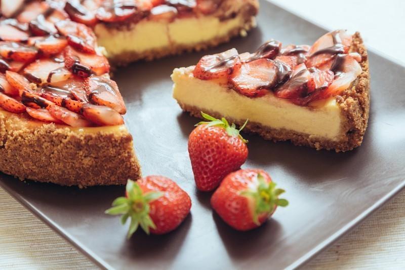 new-york-cheesecake-with-chocolate-and-strawberries